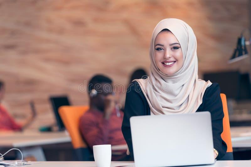 Hijab vestindo árabe da mulher de negócio, trabalhando no escritório startup imagem de stock