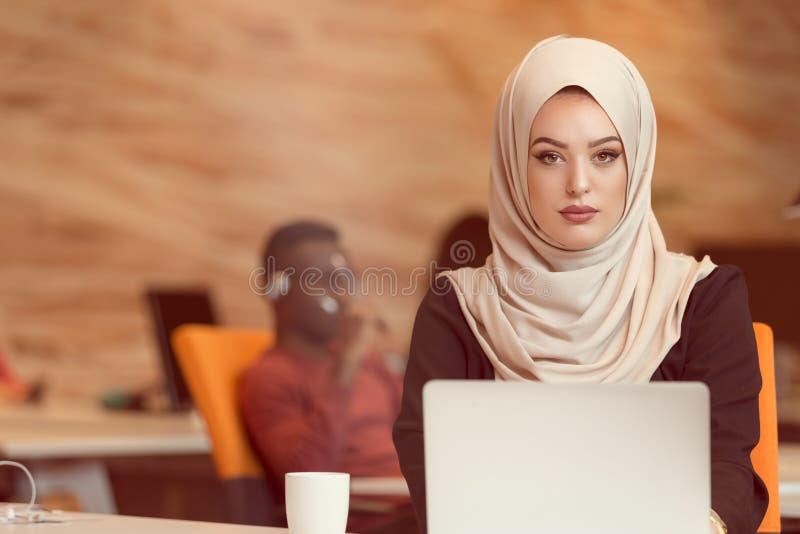 Hijab vestindo árabe da mulher de negócio, trabalhando no escritório startup imagens de stock royalty free