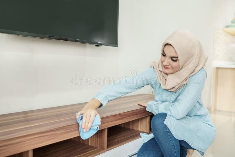 Hijab vestindo da dona de casa bonita que limpa sua casa fotografia de stock royalty free
