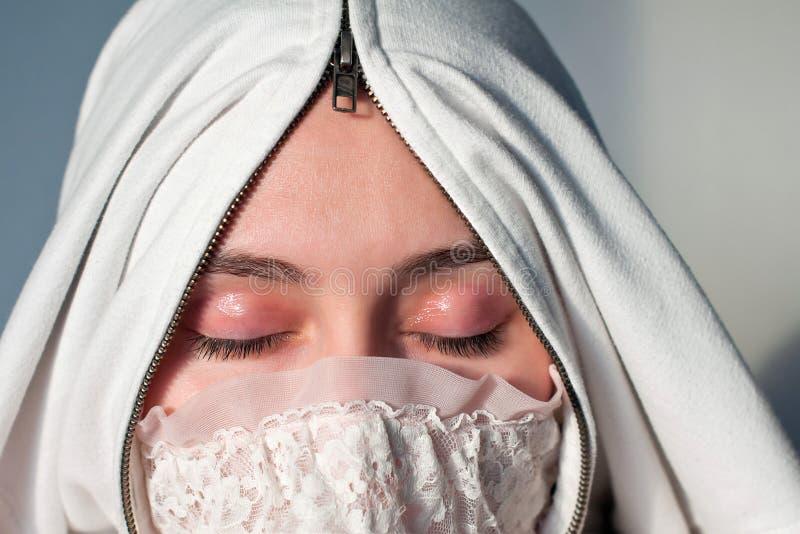 Hijab vestindo da mulher árabe Moça com fotografia de stock royalty free