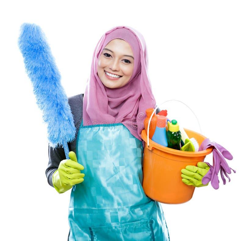 Hijab vestindo de sorriso da jovem mulher mais limpa fotografia de stock royalty free
