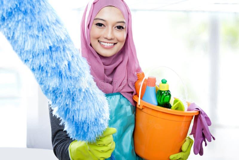 Hijab vestindo de sorriso da jovem mulher mais limpa foto de stock