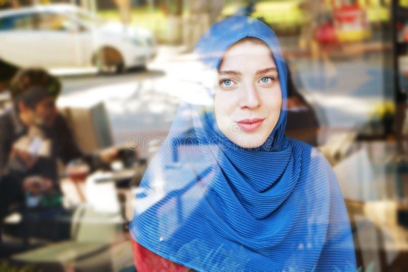 Hijab vestindo eyed azul novo da mulher mu?ulmana imagem de stock