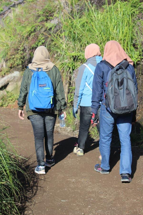 Hijabers augmentant la montagne d'Ijen, Banyuwangi, Indonésie photo stock