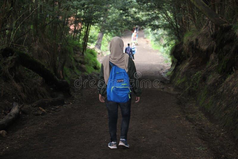 Hijabers que camina la montaña de Ijen, Banyuwangi, Indonesia imágenes de archivo libres de regalías