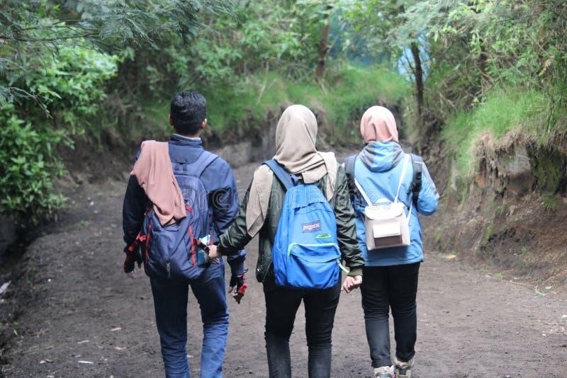 Hijabers que camina la montaña de Ijen, Banyuwangi, Indonesia fotos de archivo libres de regalías