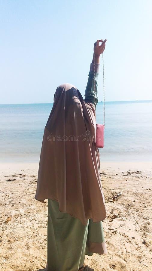 Hijabmeisje in het Strand stock fotografie