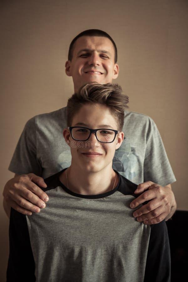 Hijo alegre del adolescente con el retrato del padre imagen de archivo libre de regalías