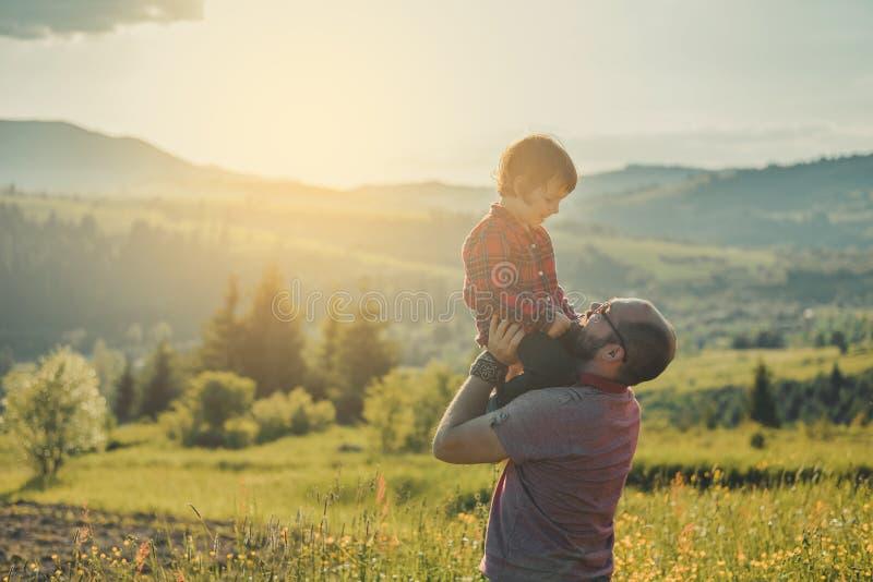 Hijo con el padre en la montaña imágenes de archivo libres de regalías