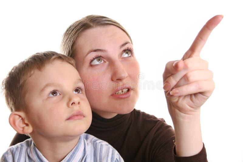Hijo de la demostración de la madre por el dedo fotos de archivo libres de regalías