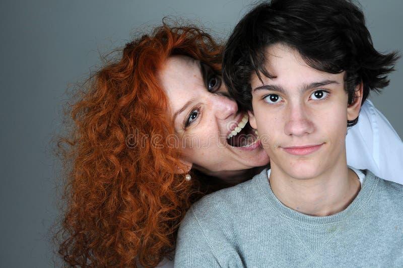 Hijo de la madre y del adolescente foto de archivo