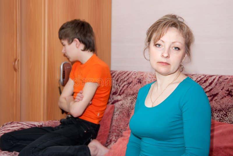 Hijo y madre después de la pelea foto de archivo libre de regalías