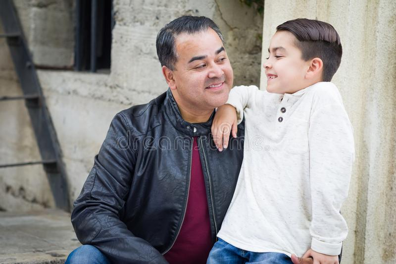 Hijo y padre caucásicos hispánicos Having de la raza mixta un Chatp foto de archivo