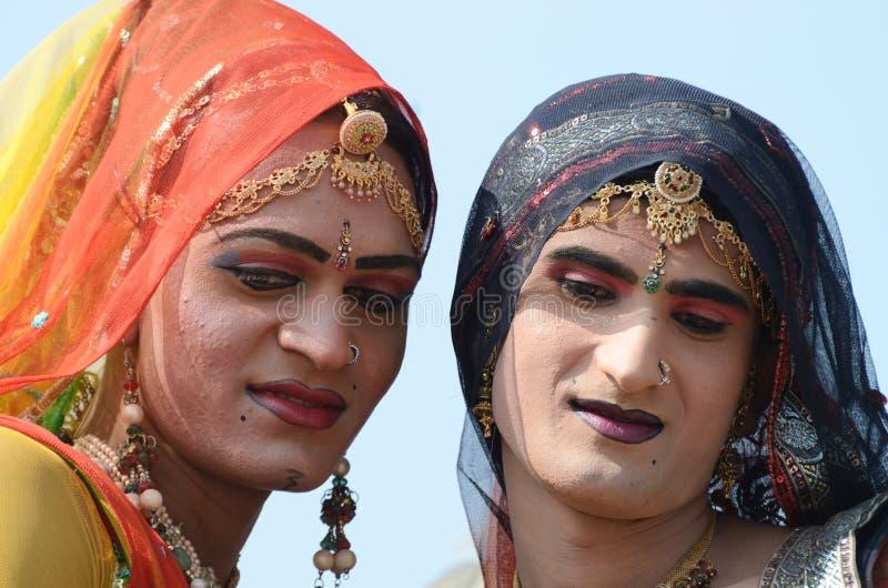 Hijras - tredje könsbestämmer, klädde som kvinna på den Pushkar kamelmässan, Indien royaltyfri fotografi