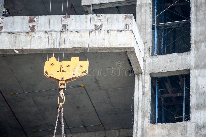 Hijstoestellen in bouwplaats stock afbeeldingen
