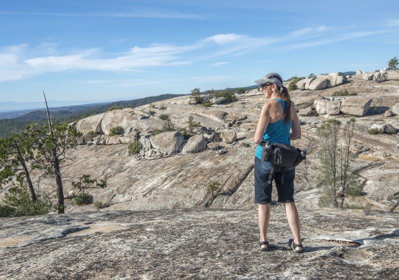 Hiker более старой женщины смотря сильнопересеченную местность стоковое фото
