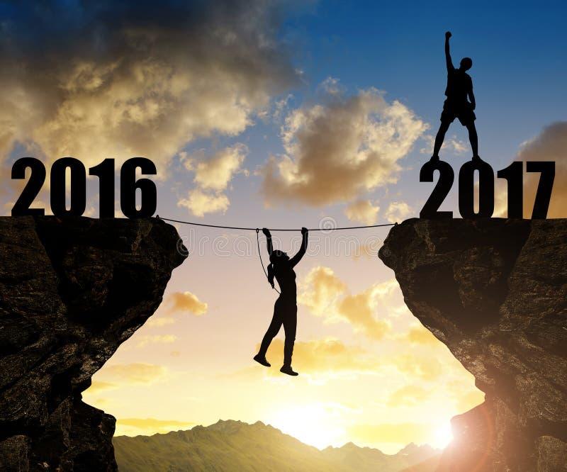 Hiker взбирается в Новый Год 2017 стоковое изображение