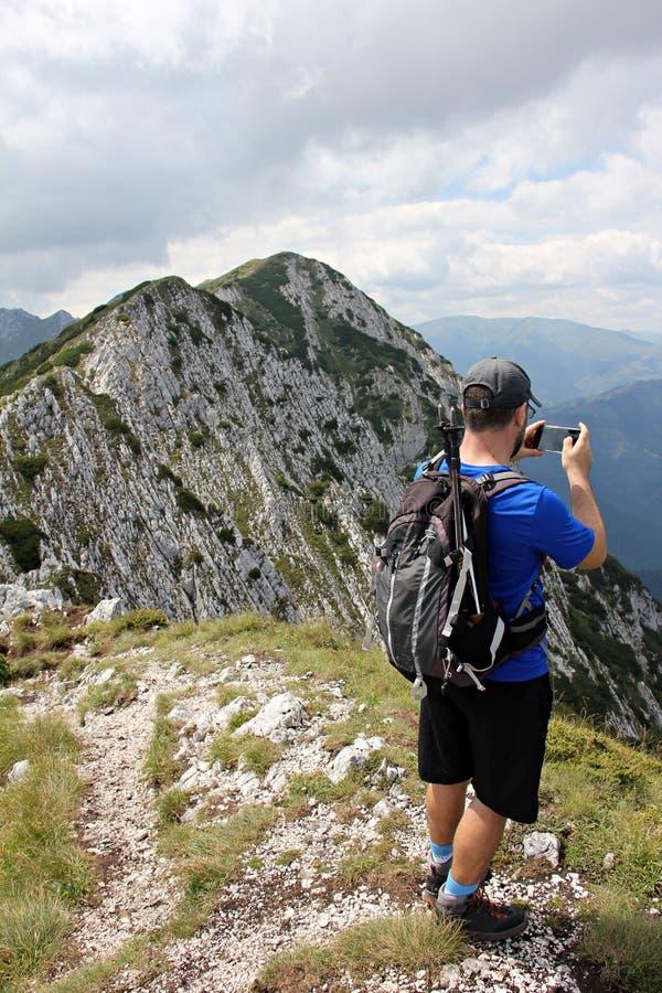 Hiker восхищая красоту гор стоковое изображение rf