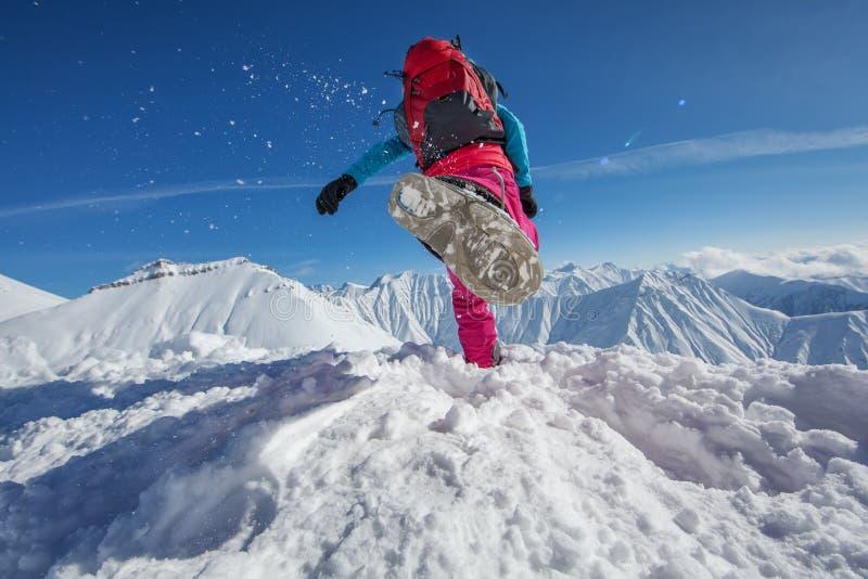 Hiker в горах зимы стоковая фотография rf