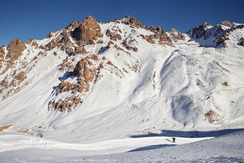 Hiker в горах стоковая фотография