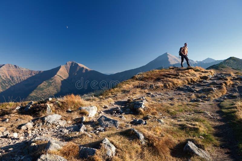 Hiker в горах Tatras стоковое изображение