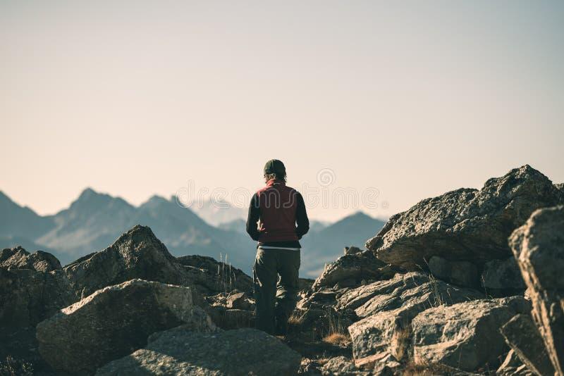 Hiker в ландшафте скалистой горы большой возвышенности Лето рискует на итальянском французе Альпах, тонизированном изображении стоковая фотография