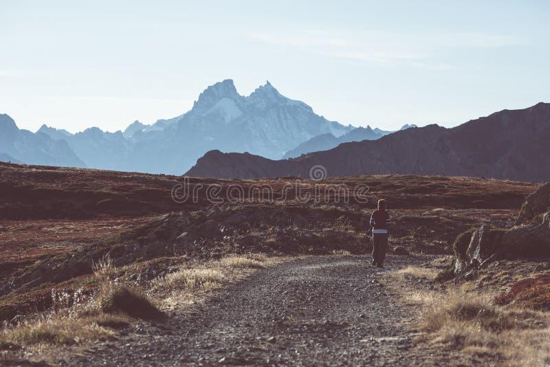 Hiker в ландшафте скалистой горы большой возвышенности Лето рискует на итальянском французе Альпах, тонизированном изображении стоковое изображение rf