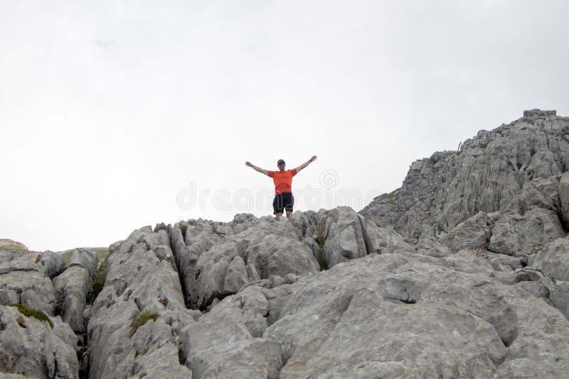Hiker в максимуме утеса в Пиренеи стоковое изображение