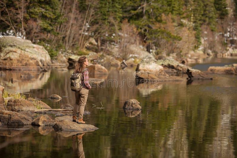 Hiker в национальном парке скалистых гор в США стоковые фотографии rf