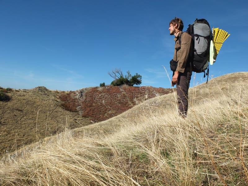 Hiker в холмах на большом Sur, Калифорнии, США стоковая фотография rf