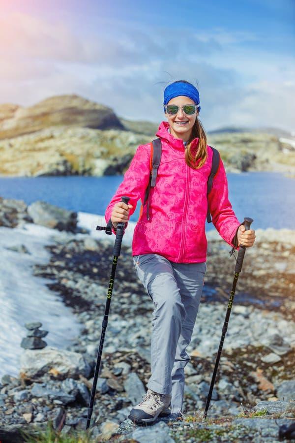 Hiker девушки на норвежских горах стоковое изображение