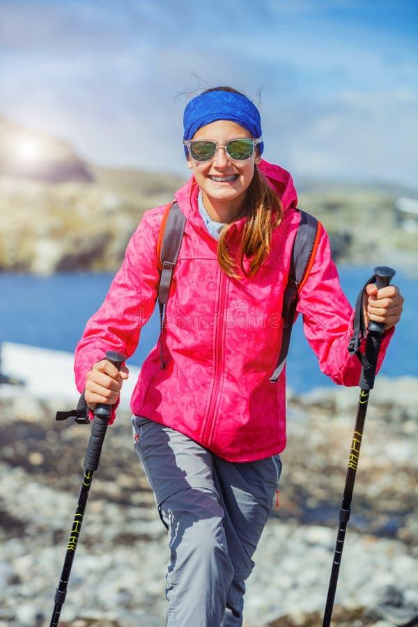 Hiker девушки на норвежских горах стоковое фото rf
