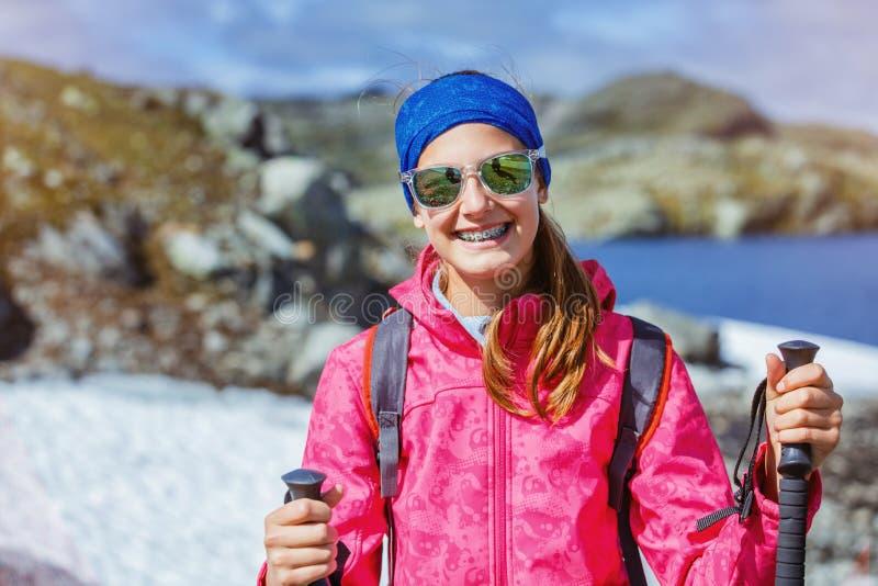 Hiker девушки на норвежских горах стоковая фотография rf
