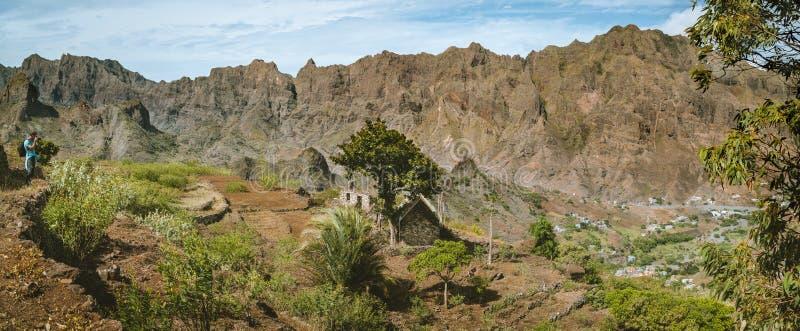 Hiker делает съемки ландшафта из террас земледелия, монументальных горных пиков и обширных зеленых долин Corda Coculli стоковое фото