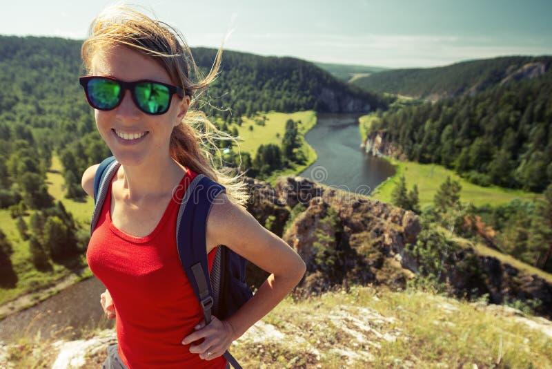 Hiker женщины идет на след стоковые изображения rf