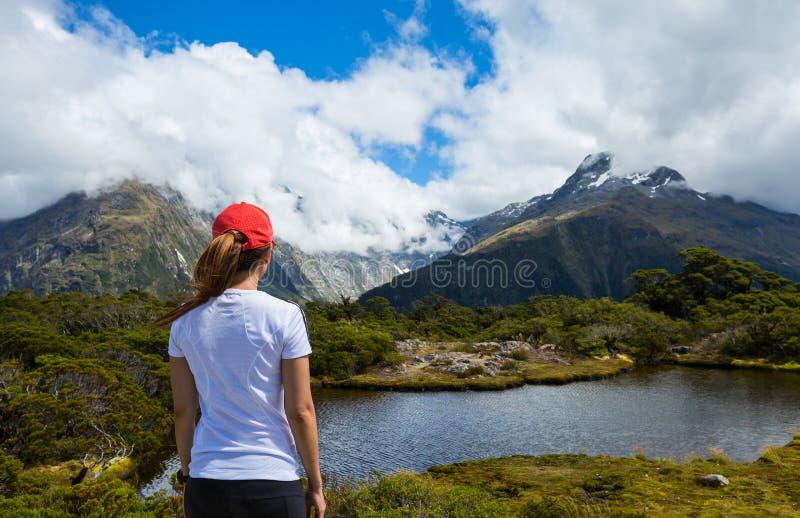 Hiker женщины наслаждается взглядом ключевого саммита с горой Ailsa на стоковые фото