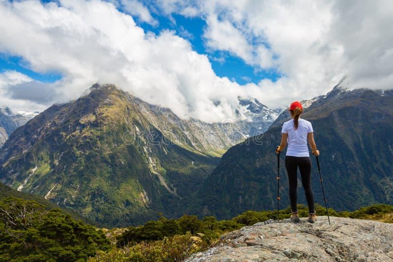 Hiker женщины наслаждается взглядом ключевого саммита с горой Ailsa на стоковое фото rf