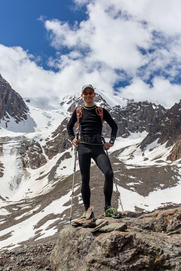 Hiker женщины на верхней части горы стоковое изображение