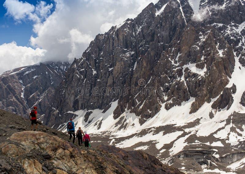Hiker женщины на верхней части горы стоковое изображение rf