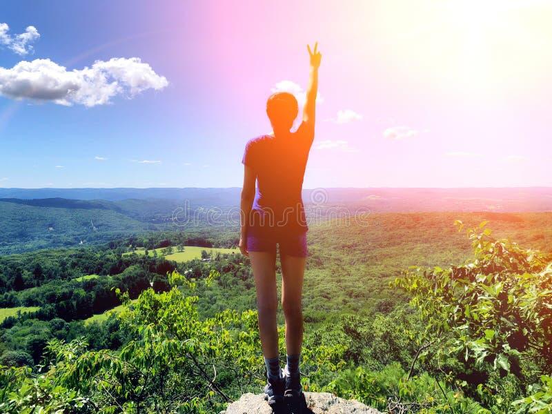 Hiker женщины стоя на горе аппалачского следа стоковые изображения rf