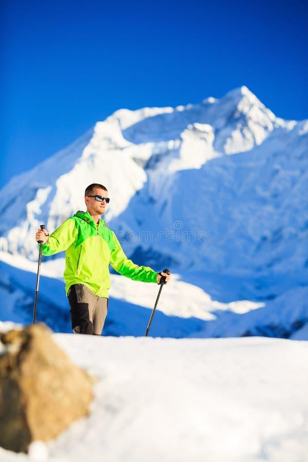 Hiker или альпинист человека выполняют в горах зимы стоковые фотографии rf