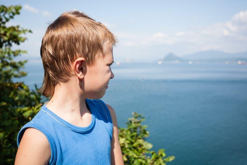 Hiker мальчика смотря вниз от вершины mountai стоковая фотография rf