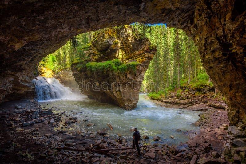 Hiker наблюдая заводь Johnston от пещеры стоковые изображения rf