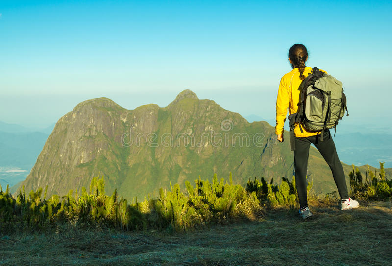 Hiker наслаждаясь горным видом стоковые фотографии rf