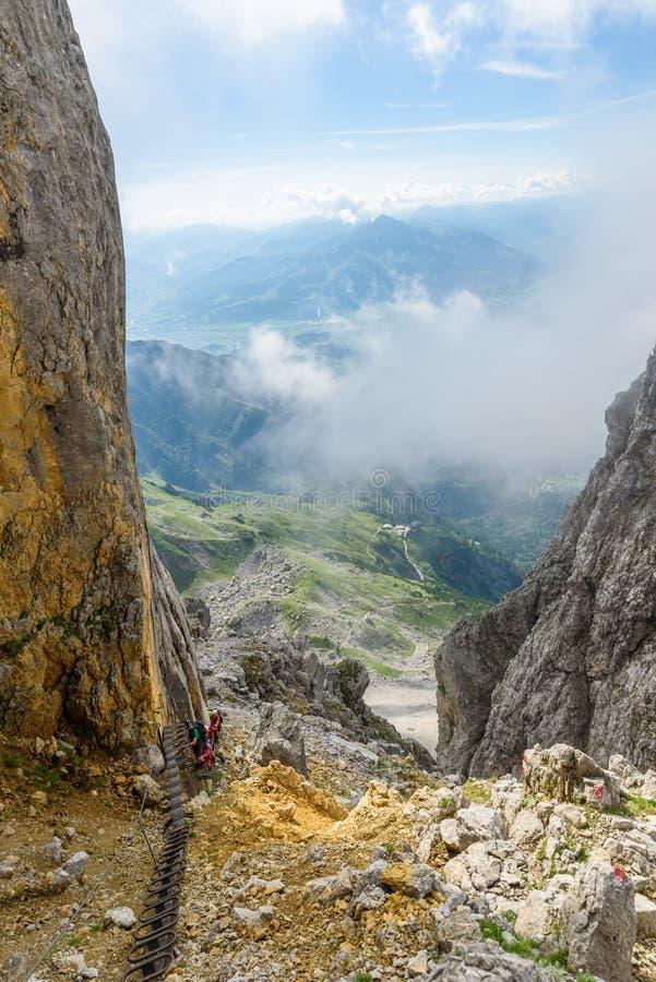 Hiker на остановке Ellmauer, более дикие горы Австрии - близко к Gruttenhuette, идя, Тироль Kaiser, Австрия - в Альп  стоковая фотография rf