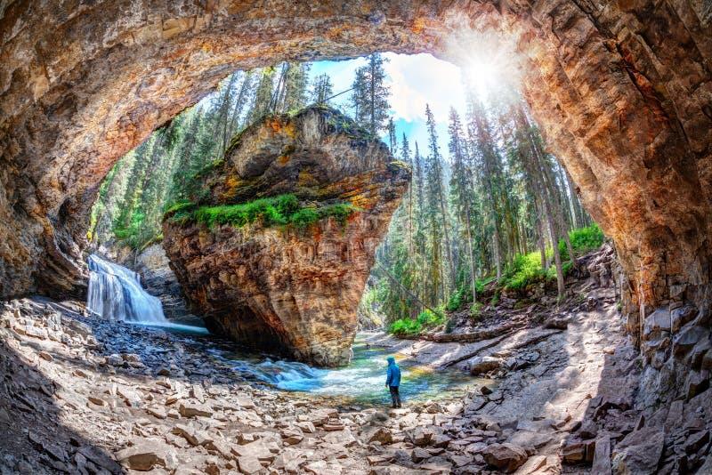 Hiker на пещере каньона Johnston в национальном парке Канаде Banff стоковое изображение