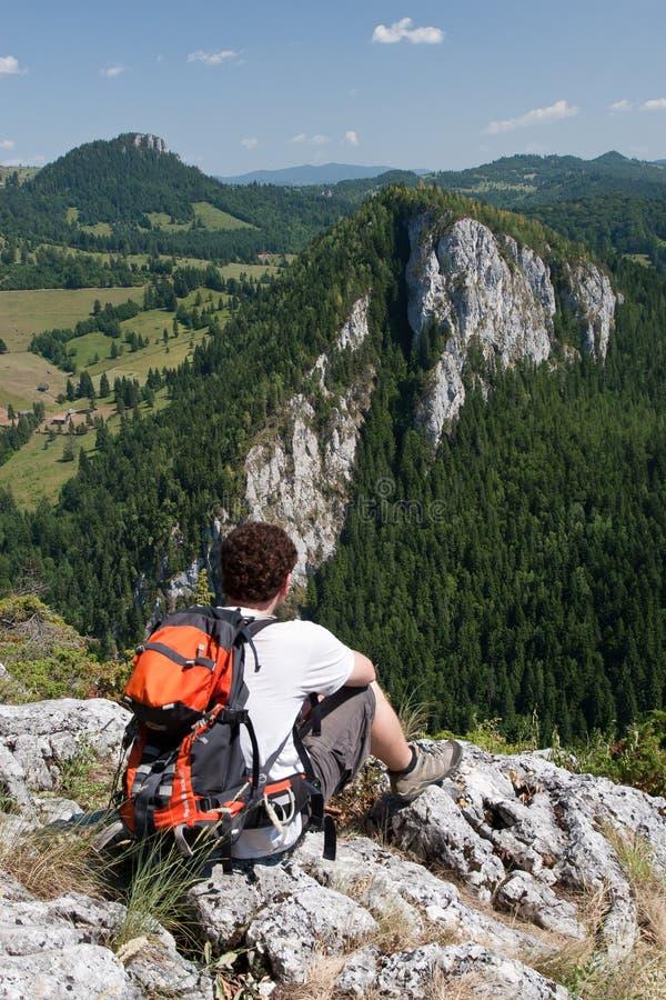 Hiker на Gorges Bicaz горы Hasmas стоковая фотография rf