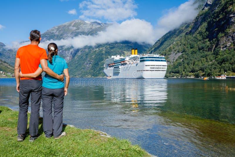 Hiker пар наслаждаясь сценарными ландшафтами, Geirangerfjord стоковое фото rf