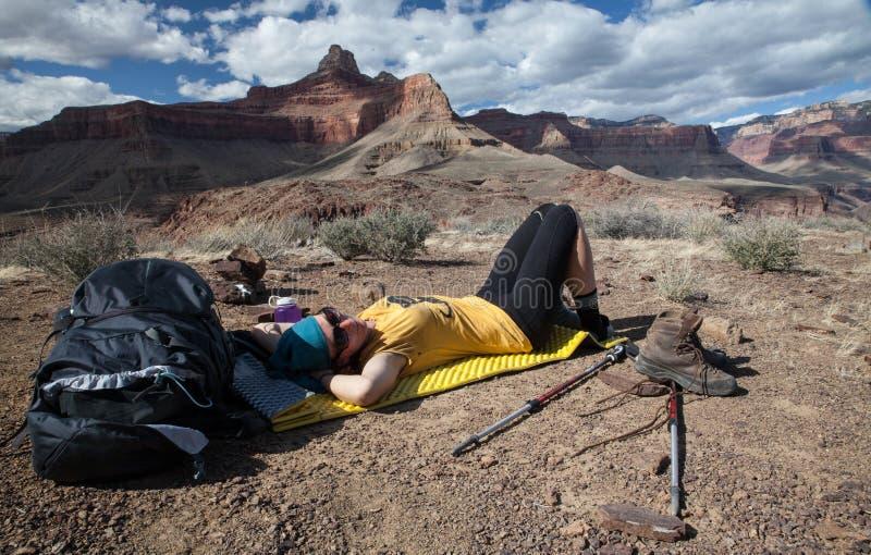 Hiker принимает тормоз на следе в национальном парке гранд-каньона, Ar стоковые изображения rf