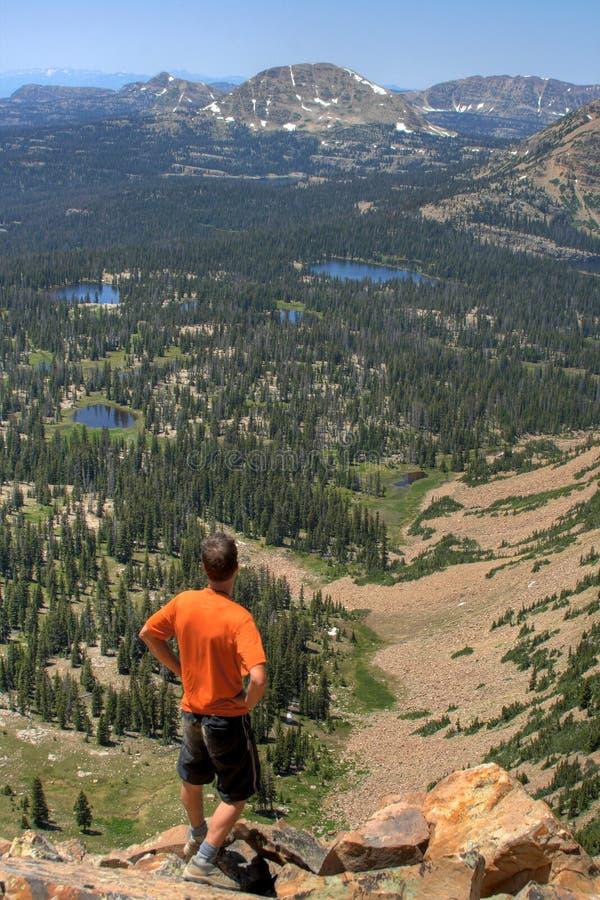 Hiker производит съемку ландшафта стоковое изображение rf